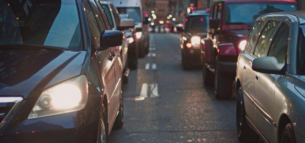 Tvåfilig väg med bilkö i båda körfälten