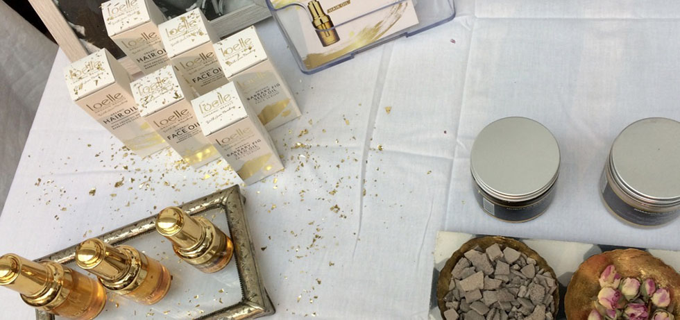 Förpackningar och flaskor med olja sett uppifrån på ett bord med vit duk